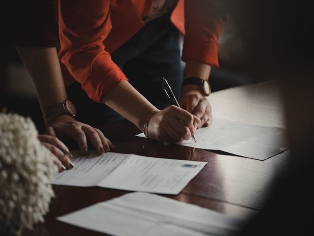 abogado experto en divorcios firmando